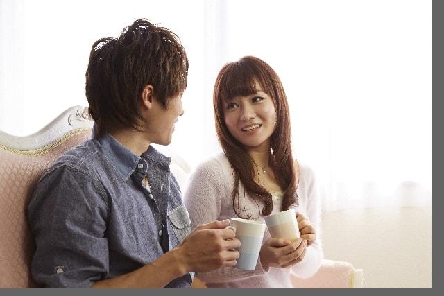 20代のカップルが二人でお茶をしている。