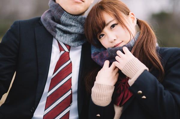 女子校出身の女性が彼氏と一緒にいる様子。