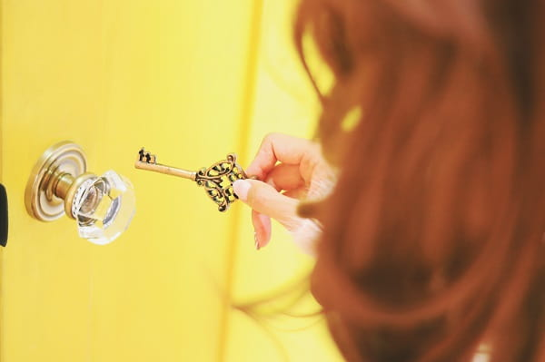 LINEでハートマークを使う男性心理を知ろうとする女性。鍵で好きな人の心のドアを開けようとしている。