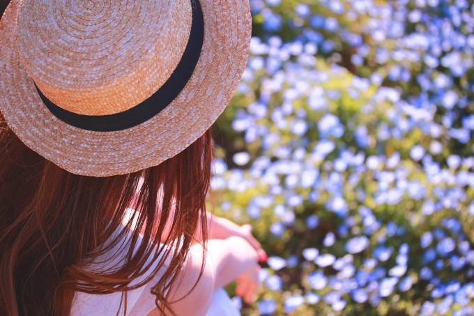 恋愛の苦しさを想って花を見つめている女性。