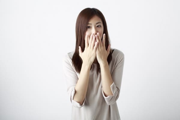 好きな人の呼び方を変えたら、それをツッコまれた女性が驚いている様子。