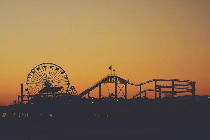 夕焼けの遊園地を見ながら「恋愛しない時期」について考えている。
