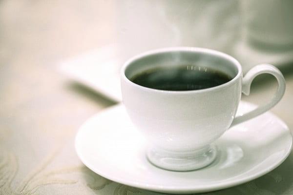 無口な男性との会話をイメージしたコーヒーの画像。