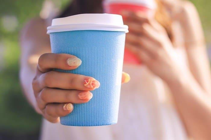 好きな人にLINEを既読無視された女子が自分の気持ちを届けるために飲み物を好きな人に差し出している