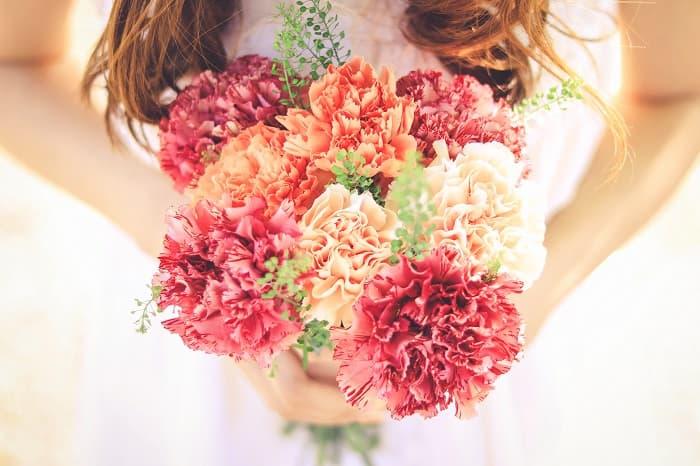 自分の恋愛力が知りたい女性が「ブーケ」をイメージした花を持っている様子