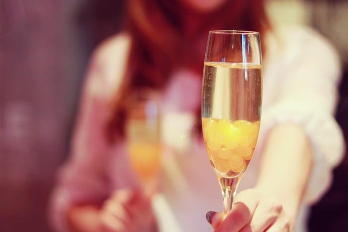 好きな人を特別扱いする女性が男性にグラスを差し出している