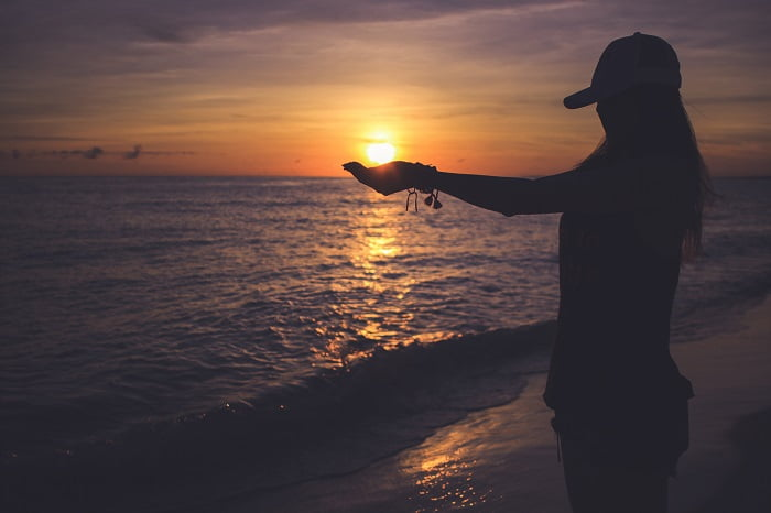 好きな人の前で失敗した女性のイメージ画像。浜辺でポーズをとっている。