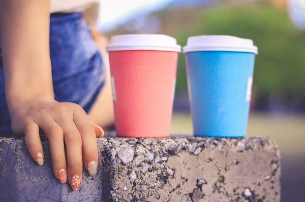 いい雰囲気の男女とはどんな雰囲気か考える女子の画像。好きな人と自分のカップに、今の状態を重ね合わせている。
