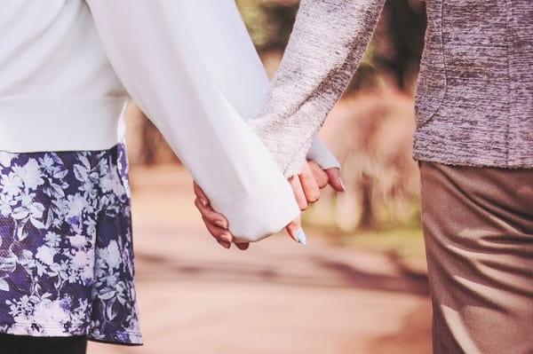 好きな人と良い雰囲気に慣れた女性が好きな人の手を掴んでいる姿。