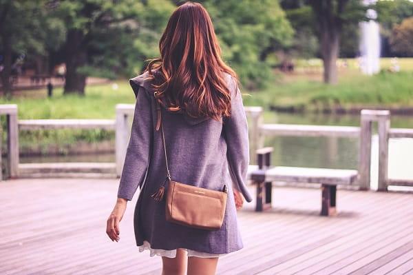 断られない誘い方を実践した女性がデートに出掛ける様子。