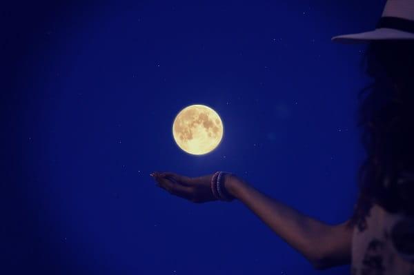 人は判断力が鈍る夜に誘うと断りにくい。画像は月と女性。