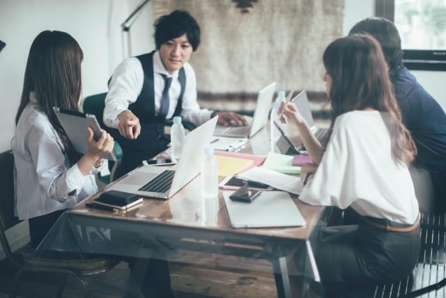 男性が気になる女性に無意識に「話しかける回数」が増えている様子。気になっているからつい仕事中の職場でも話しかけてしまう。