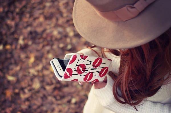 好きな人とのLINEを読み返している女性。照れ隠しの態度を探している。