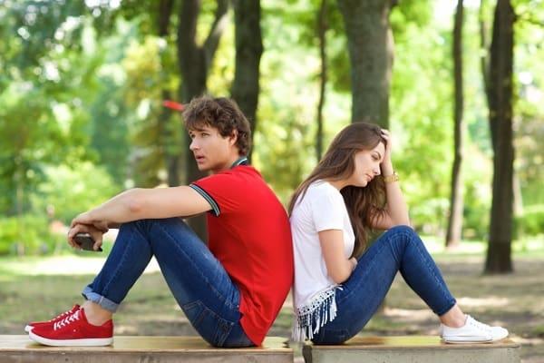 情と愛情の違いを考えるカップル。本当に好きで付き合っているのか悩んでいる。