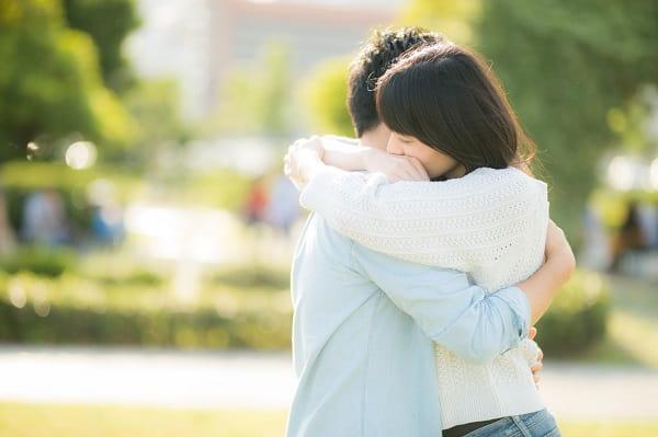 押しに弱い女性の押し方を実践した男性が好きな女性を抱きしめている様子。