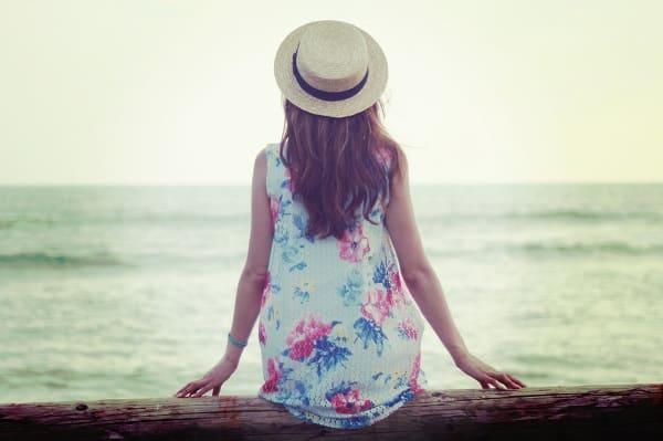 好きな人を諦めるタイミングが分からない女性が海を見てま病んでいる様子。