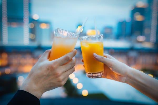 初デートの会話で話題に困る瞬間。画像は、ジュースで乾杯しているカップル。