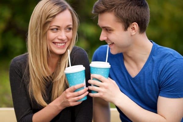 初デートの会話を盛り上げる方法に成功した男性のどや顔と、女性の嬉しいそうな表情。