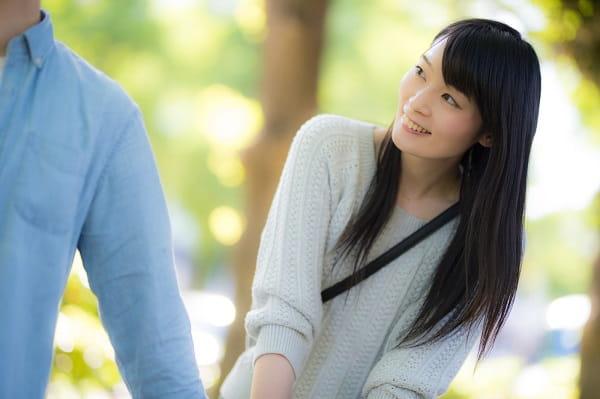 初デートの会話で使える話題とネタを知っている女性。余裕があるから笑顔になれる。