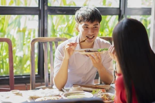 好きな女性を食事だけのデートに誘う男性の画像。