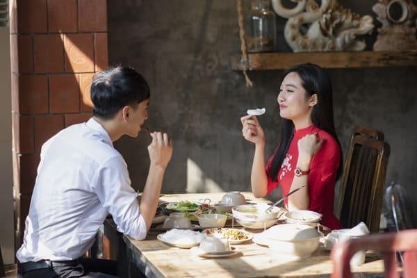 食事だけのデートに誘われた女性が、食事中に誘われた意味を考えている。