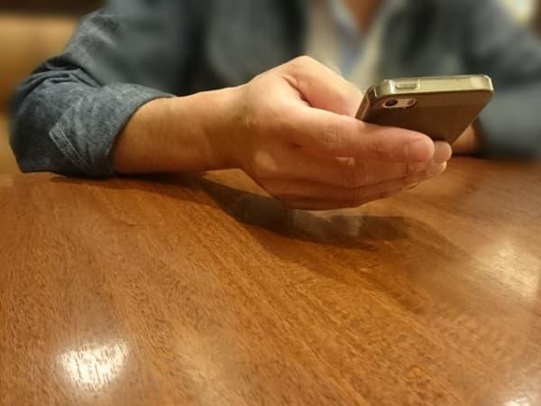 食事だけデートで携帯をいじってばかりの男性。