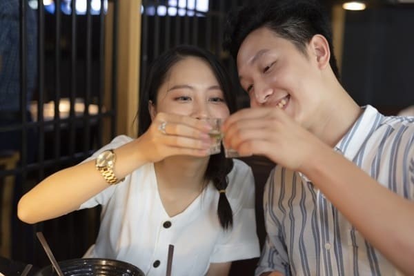 食事デートのお店選びに成功した付き合う前のカップル。
