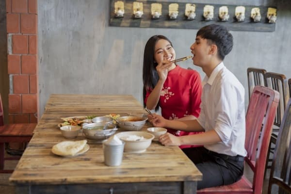 食事デートが盛り上がるカップル。