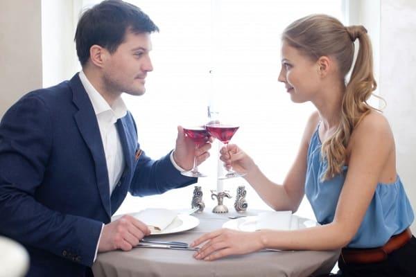 食事デートが盛り上がる話題が見つかったカップルの様子。