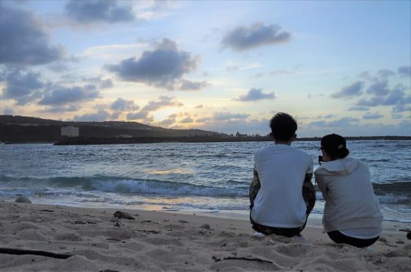 女性からデートに誘って海に来たカップル。