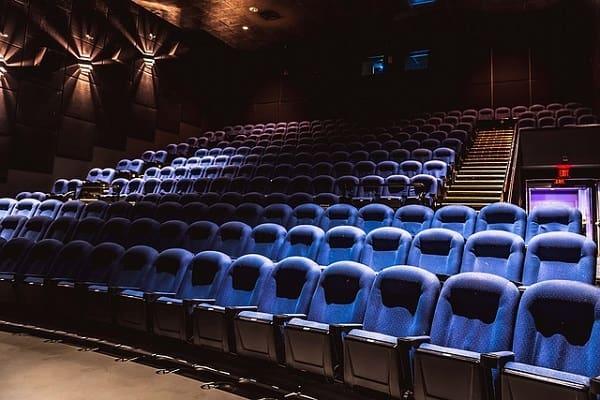 レイトショーに誘われた女性が想像する映画館のシート。
