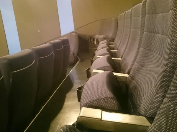 好きな人とレイトショーを見に行く人が座る席。これからの恋愛に期待している。