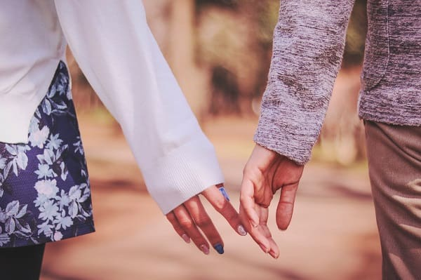 女性からデートに誘う方法を実践した女性が好きな人とデートている様子。
