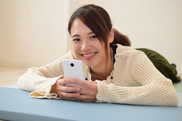 好きな人と毎日LINEする方法を実践した女性の笑顔。